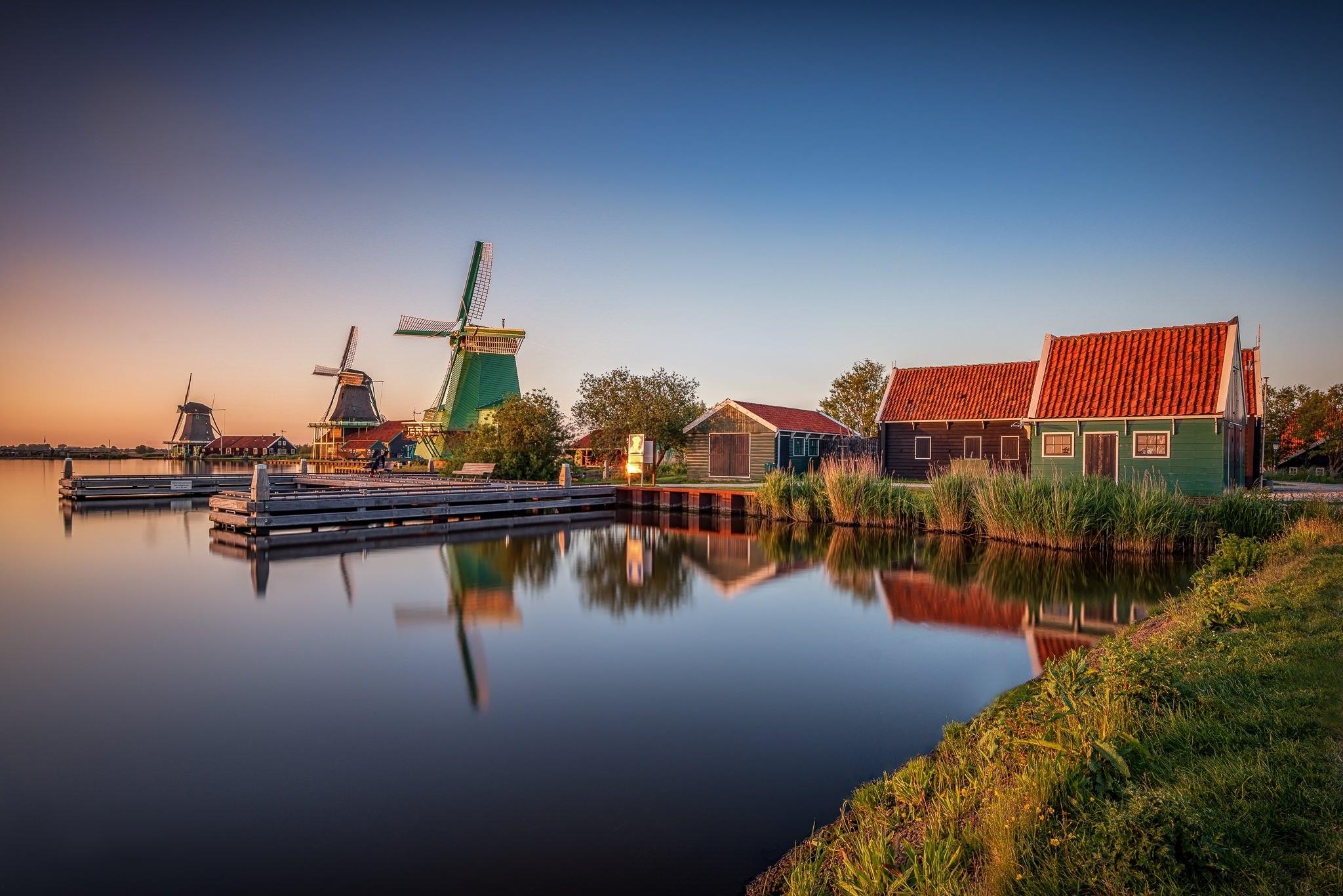 wonderful-pics-of-windmills-surrounded-by-tulips-fields-secret-world