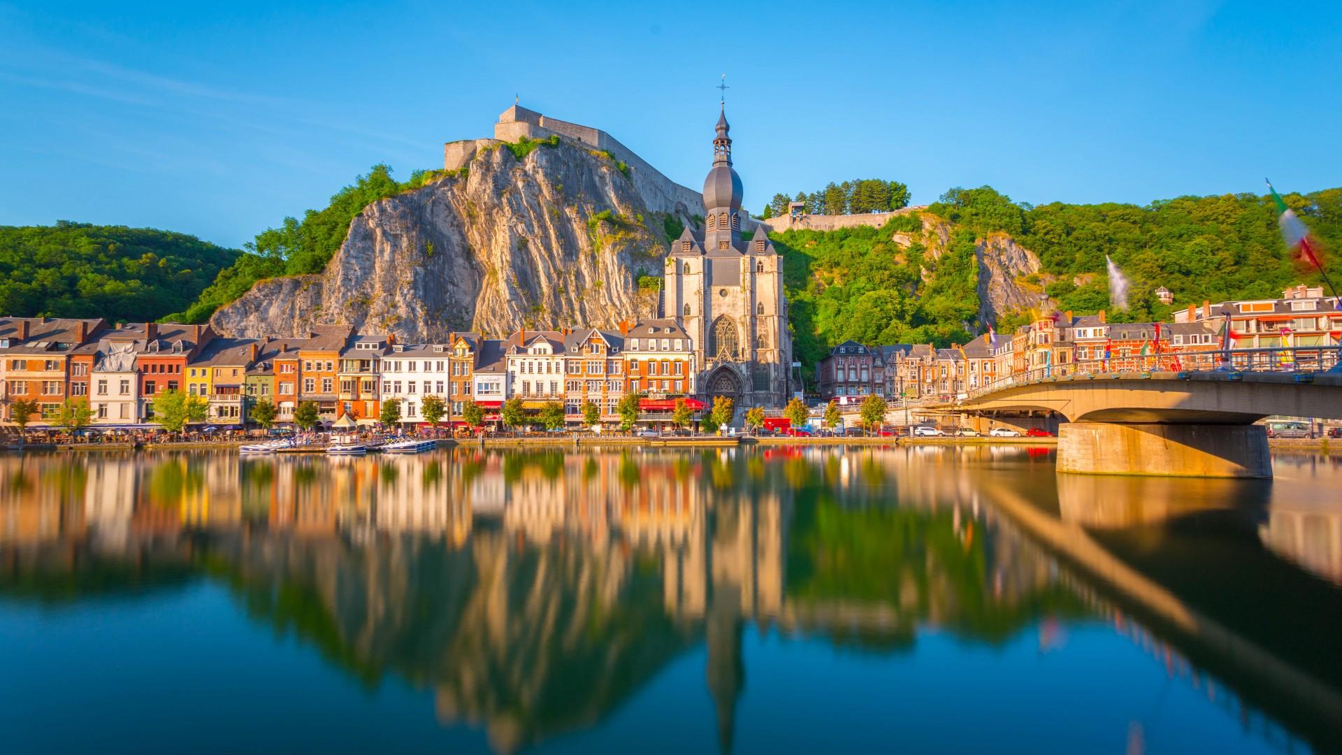 dinant-jembatan-katedral-gothic-dan-sen-secret-world