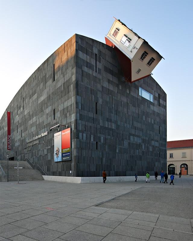 atac-de-casa-pe-partea-exterioara-a-muze-secret-world