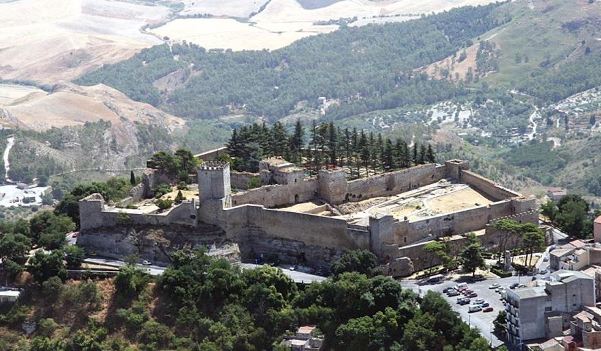 castello-di-lombardia-secret-world