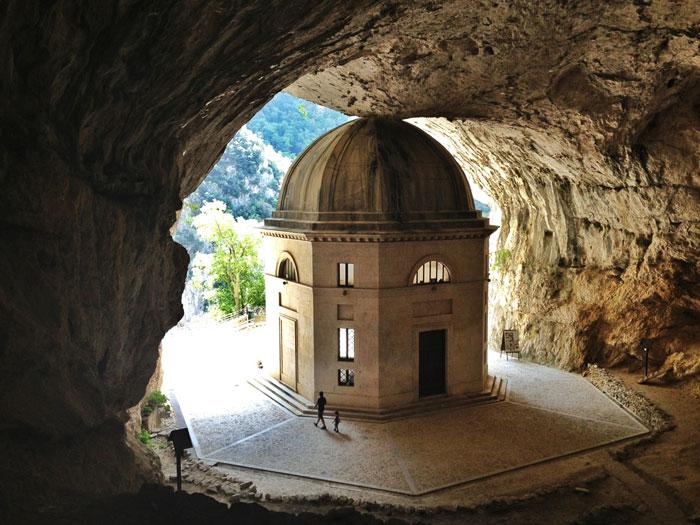 Tempio di Valadier, un gioielllo nella roccia