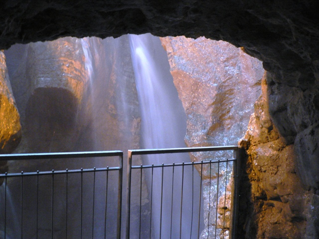 Grotta cascata del Varone
