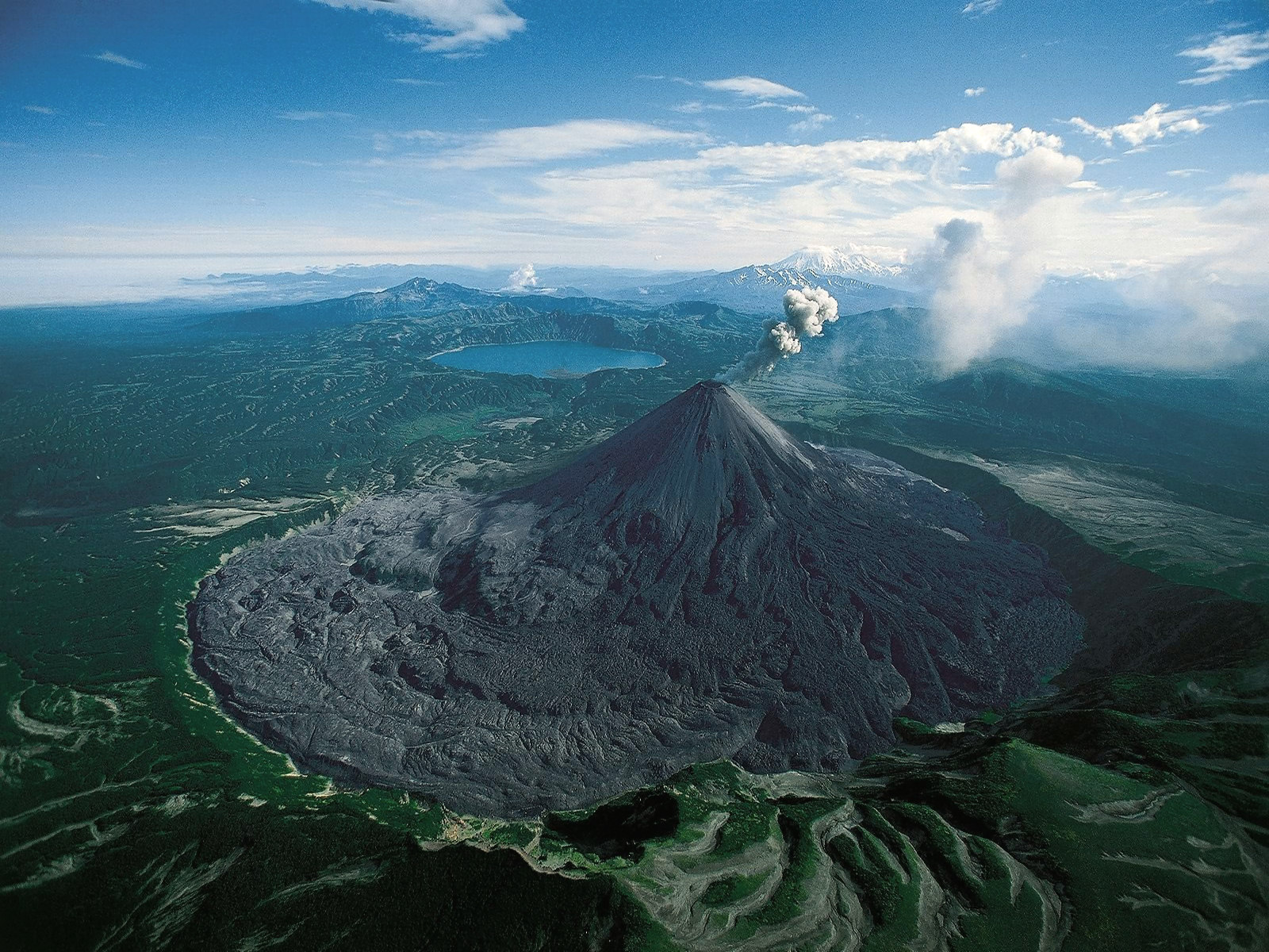 karymsky-volcano-in-kamchatka-secret-world