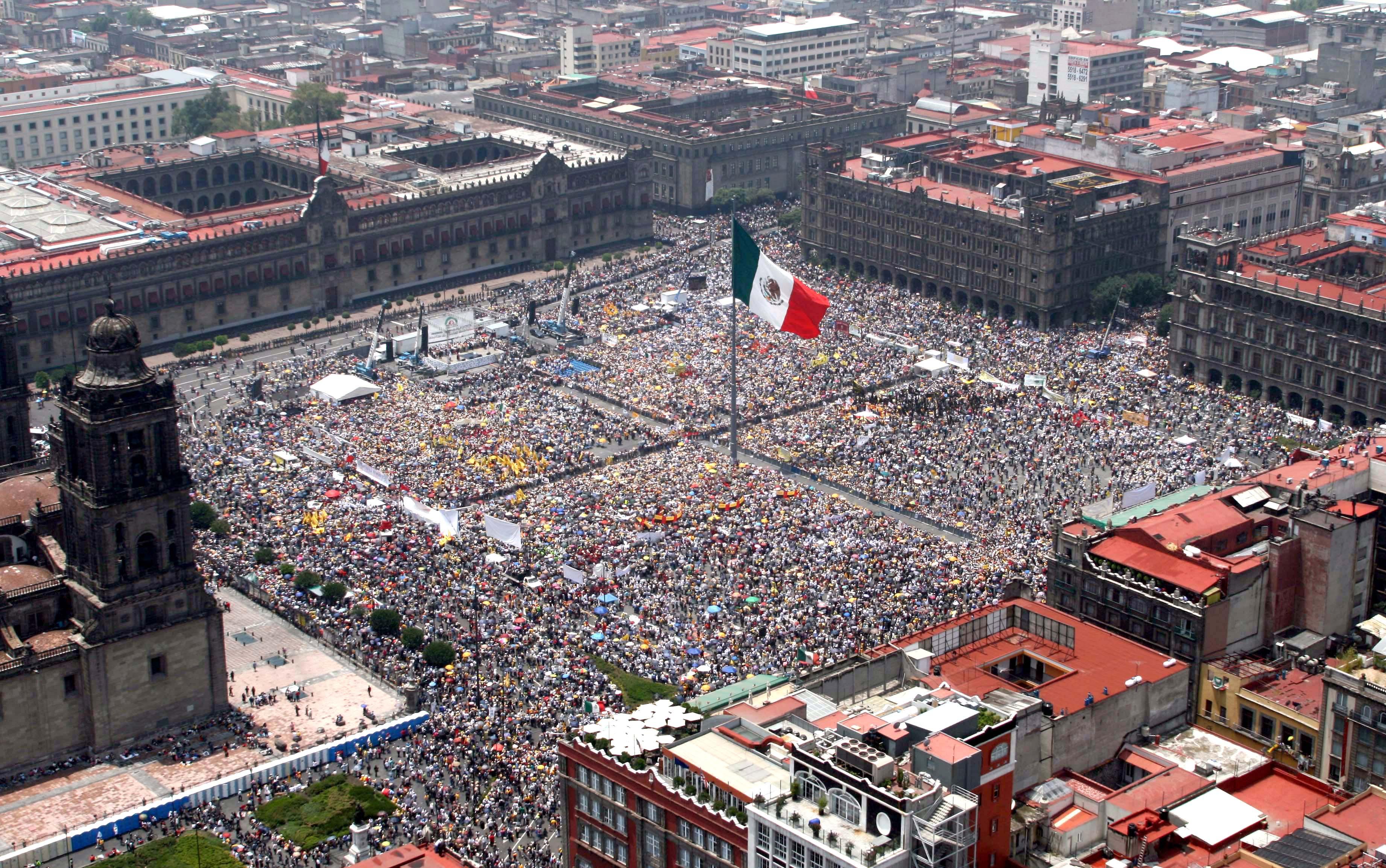 mexico-city-plaza-de-la-constitucion-secret-world