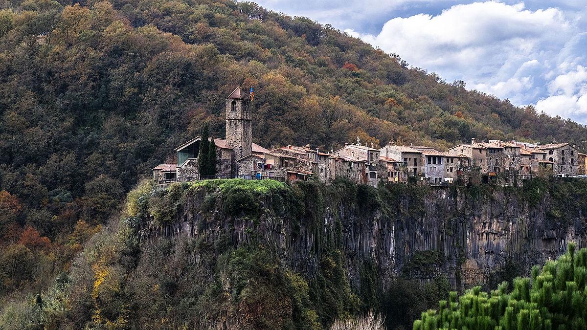 catalonia-castellfollit-de-la-roca-a-typical-village-secret-world