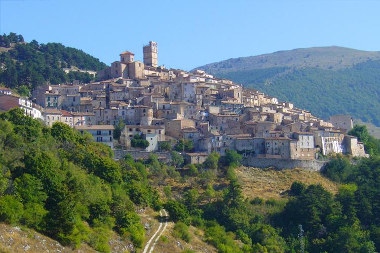 catel-del-monte-el-pueblo-suspendido-entre-los-picos-d-secret-world