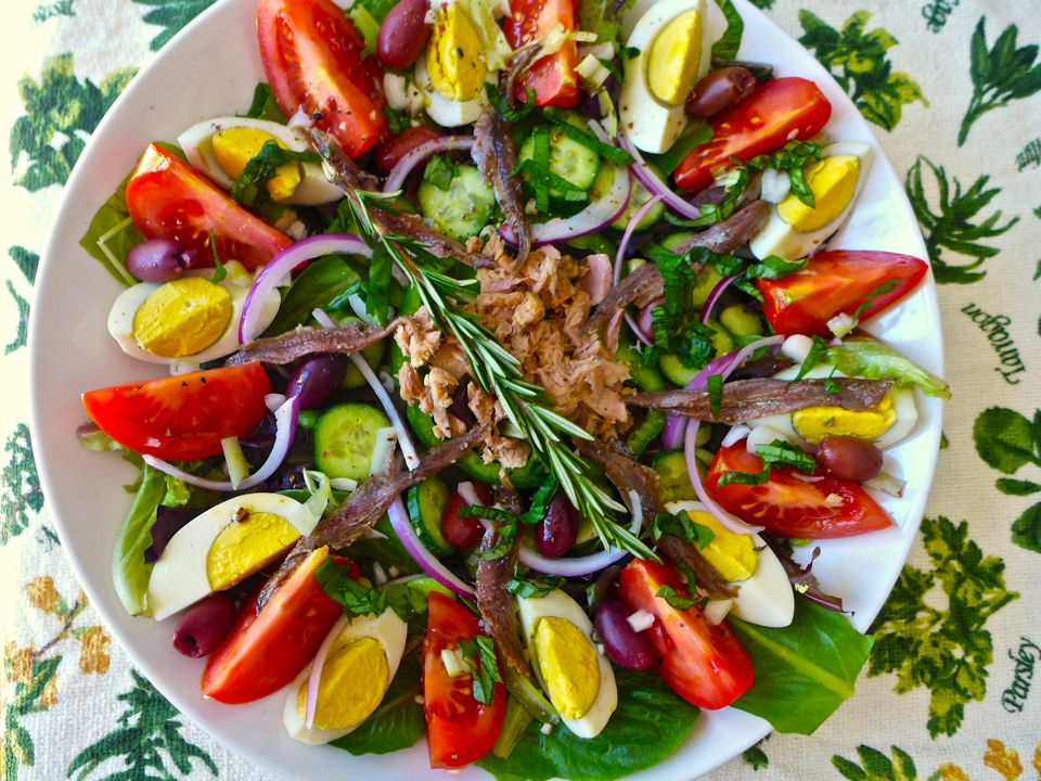 salade-nicoise-is-a-typical-french-salad-from-the-proven-secret-world