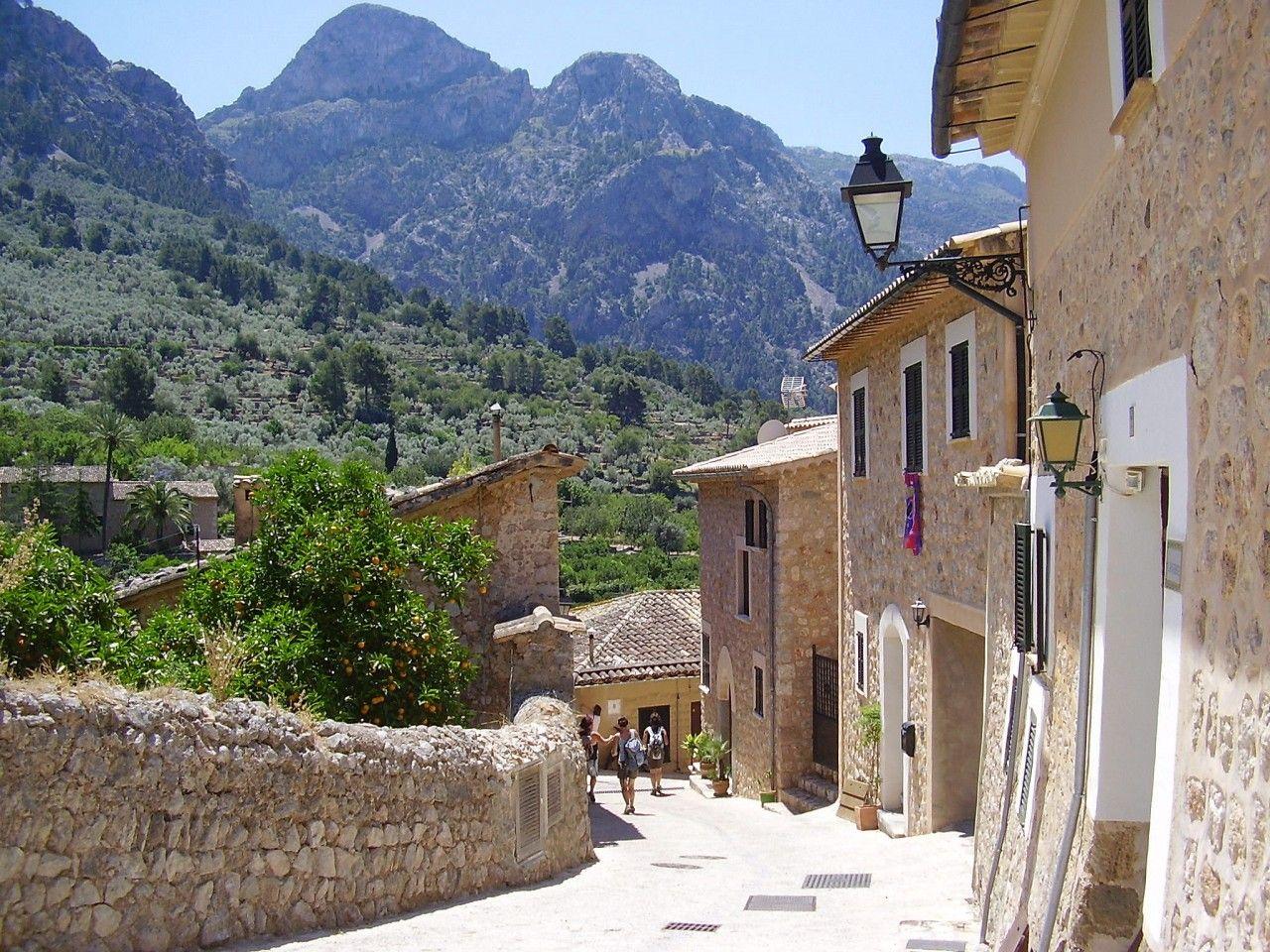 fornalutx-un-village-de-pierre-parfume-par-les-citronn-secret-world